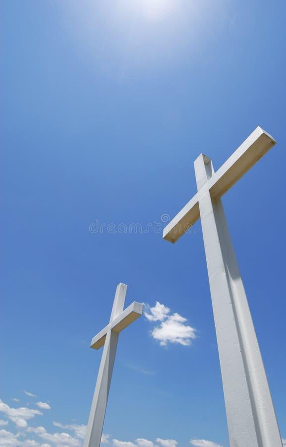 Witte Kruisen onder Blauwe Hemel stock fotografie