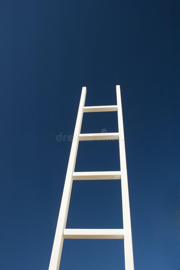 Witte ladder aan succes stock foto's