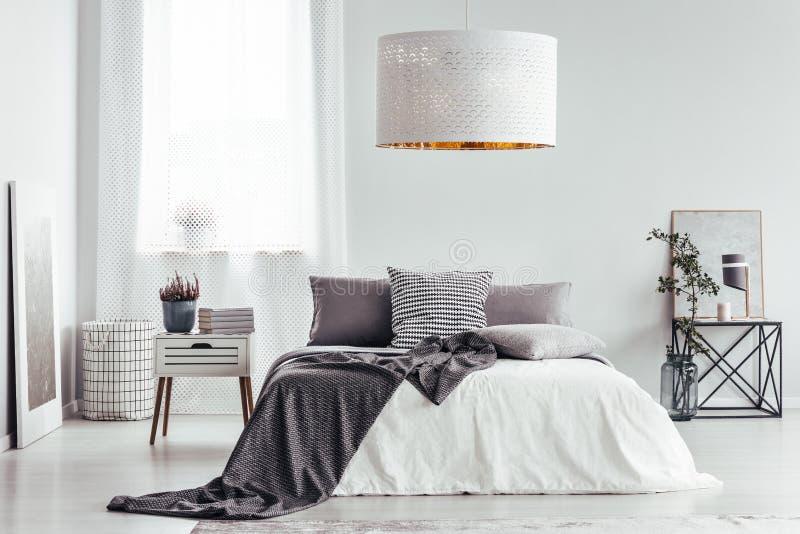 Witte lamp in heldere slaapkamer stock afbeeldingen