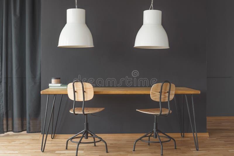 Witte lampen boven lijst stock foto