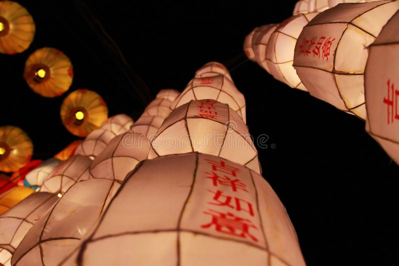 Witte Lanna-lantaarnlamp in Loy Kratong Festival, of vraag Yee Peng Festival bij noordelijk van Thailand De chainese geschreven t stock afbeeldingen