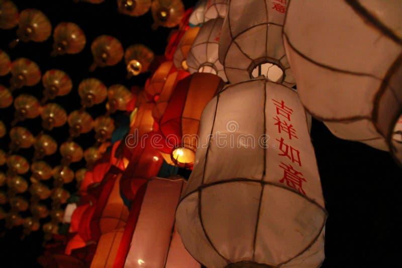Witte Lanna-lantaarnlamp in Loy Kratong Festival, of vraag Yee Peng Festival bij noordelijk van Thailand De chainese geschreven t royalty-vrije stock afbeeldingen