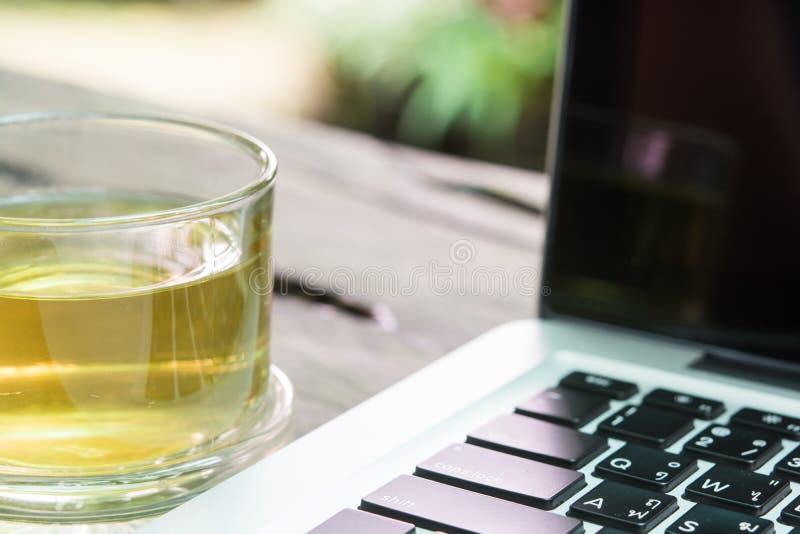 Witte laptop en theekopzaken stock fotografie
