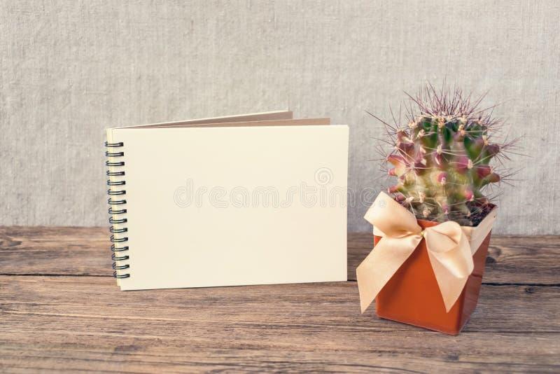 Witte lege blocnote, notitieboekje, houten kleurpotloden en groen royalty-vrije stock afbeelding