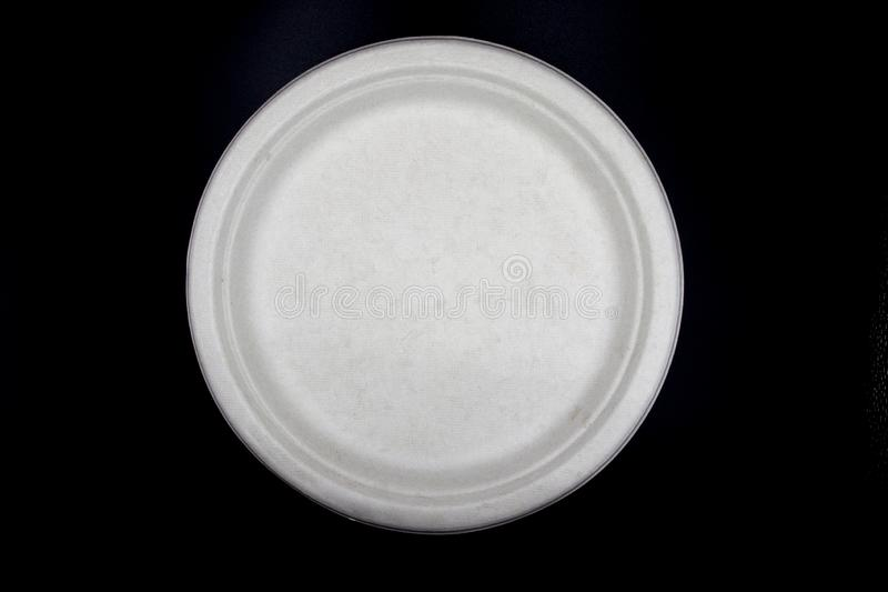 Witte Lege document schotels, Natuurlijke die het voedselplaat van de installatievezel, Document plaat op zwarte achtergrond word stock afbeeldingen