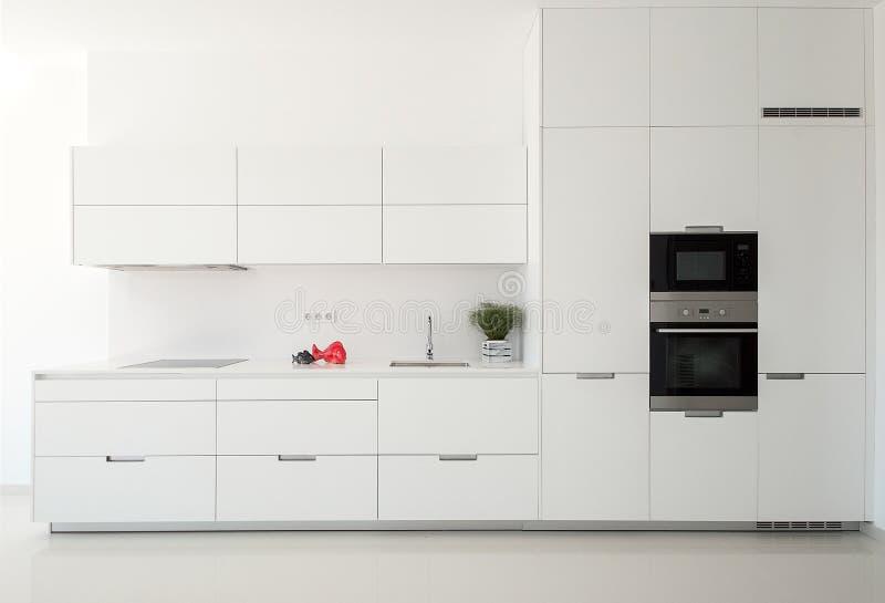 Witte lege klassieke keuken in vooraanzicht De toestellen van de keuken royalty-vrije stock fotografie