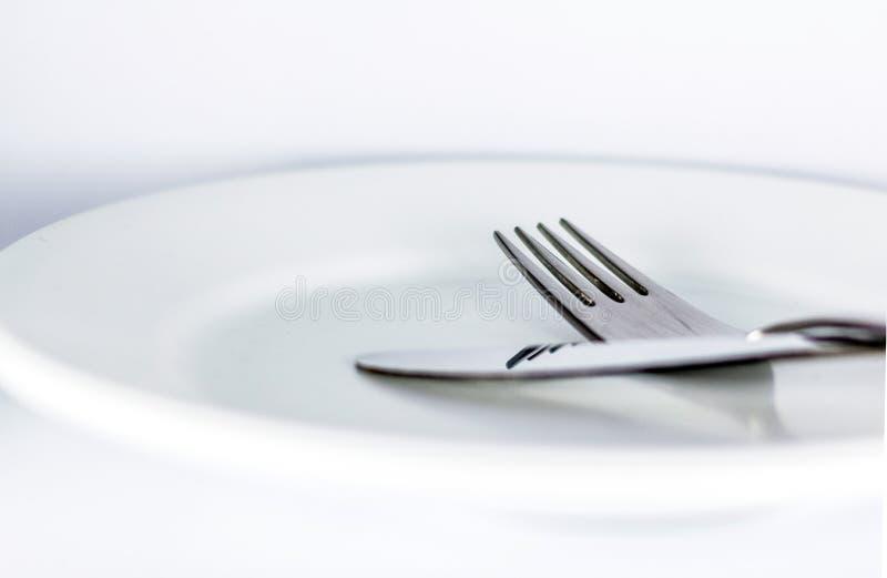 Witte lege plaat met vork en mes royalty-vrije stock foto