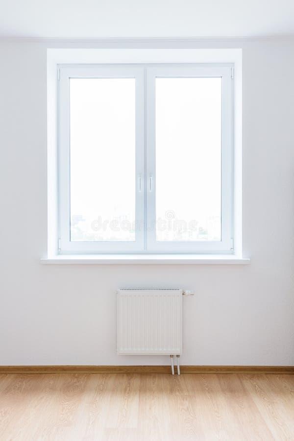 Witte lege ruimte met venster royalty-vrije stock foto's