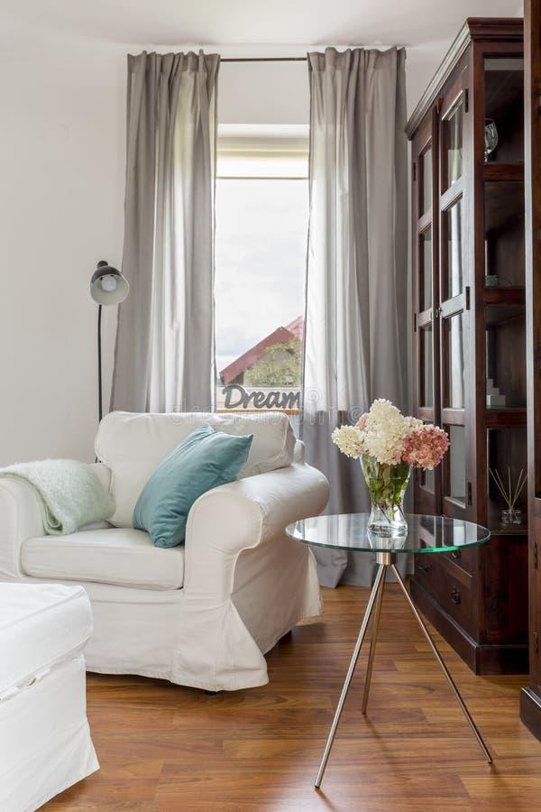 Witte leunstoel in woonkamer stock foto
