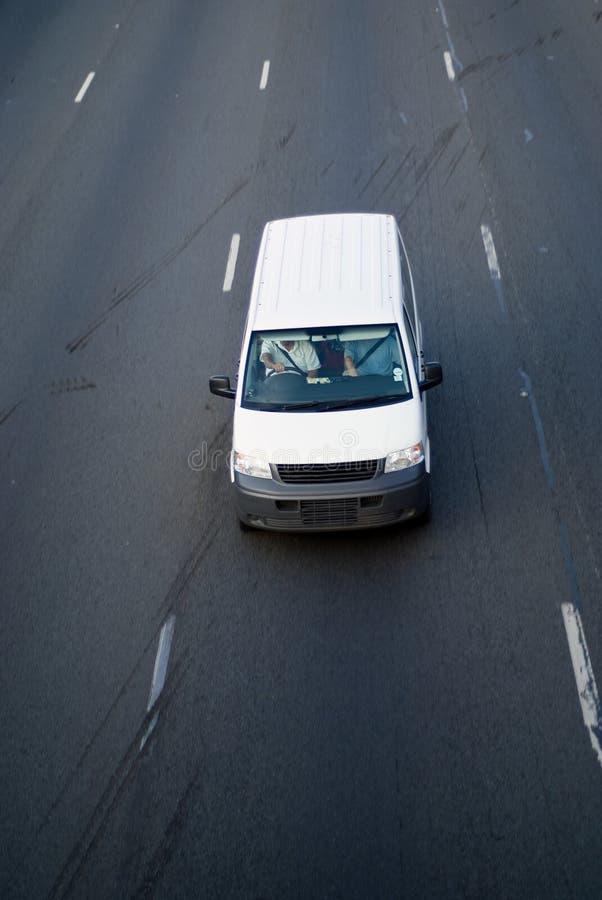 Witte lichte leveringsbestelwagen stock fotografie
