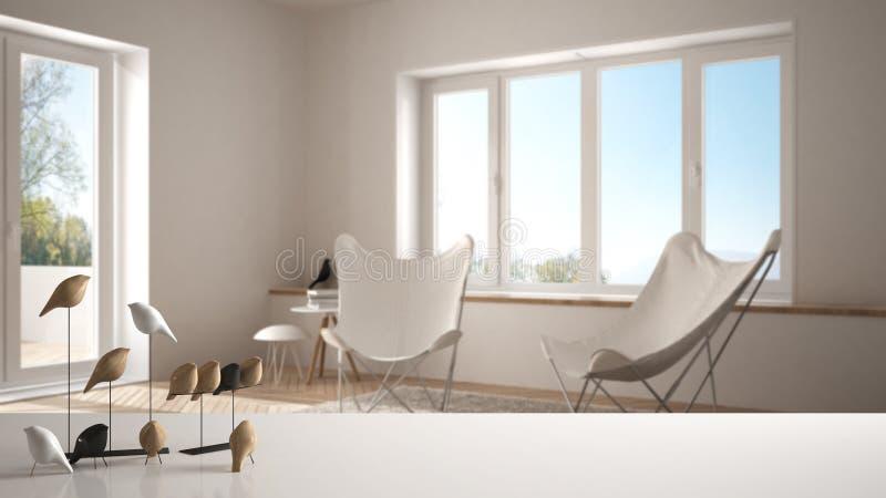 Witte lijstbovenkant of plank met minimalistic vogelornament, vogeltje knick - handigheid over vage eigentijdse woonkamer stock fotografie