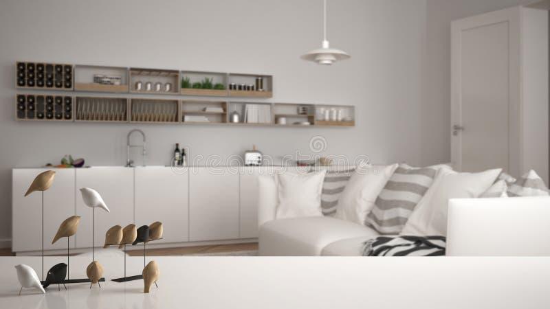 Witte lijstbovenkant of plank met minimalistic vogelornament, vogeltje knick - handigheid over vage eigentijdse woonkamer met keu stock foto's
