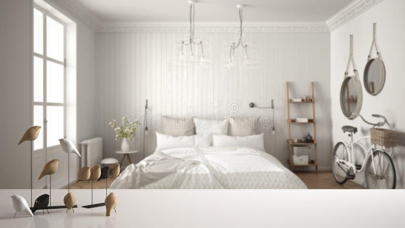Witte lijstbovenkant of plank met minimalistic vogelornament, vogeltje knick - handigheid over vage Skandinavische slaapkamer, mo stock foto's