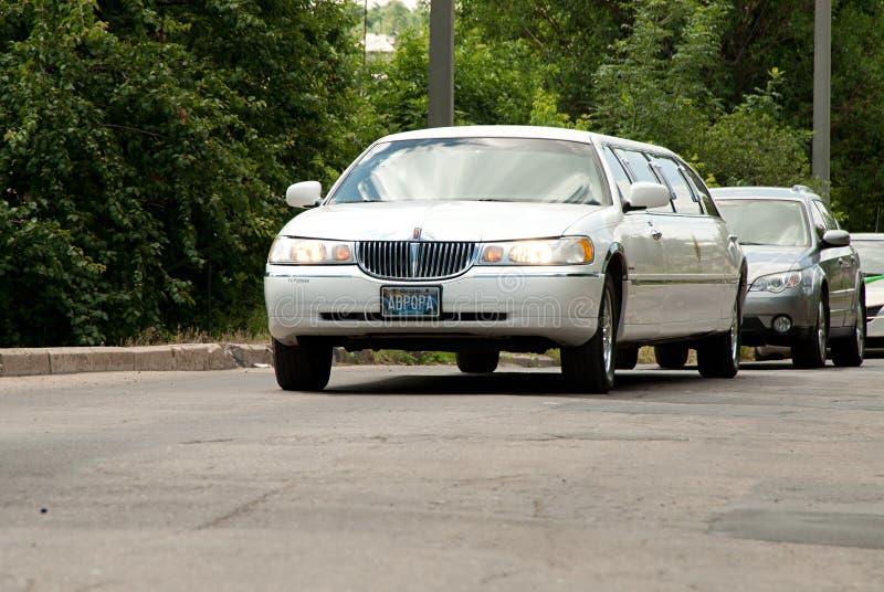 Witte Lincoln Town Car-limousine bij de stadsstraat stock afbeeldingen