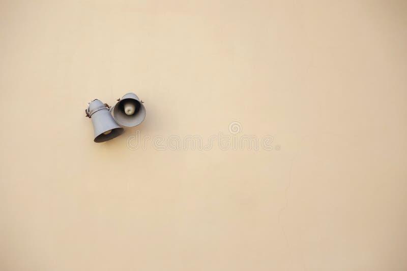Witte luidsprekers op een bakstenen muurachtergrond stock foto