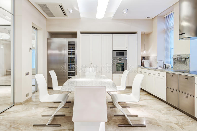 Witte luxekeuken stock afbeelding