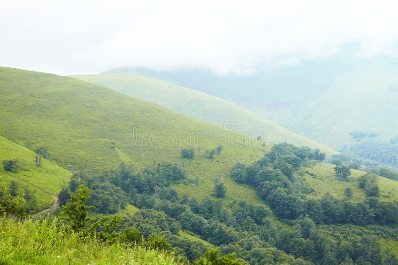 Witte magische wolken bij bergenwaaier Reis in de bergen royalty-vrije stock foto