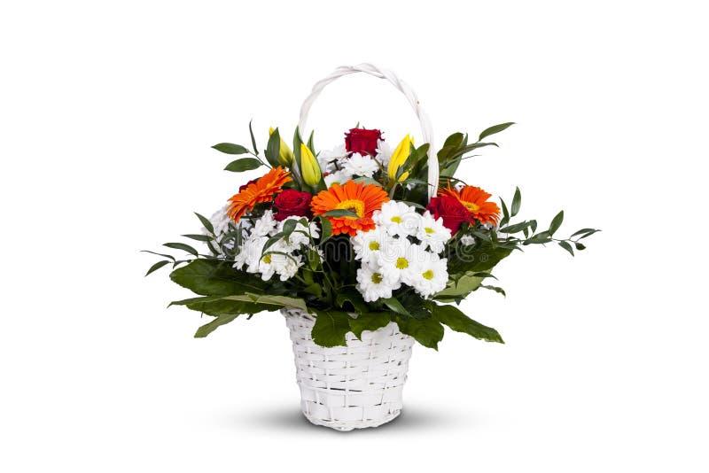 Witte mand met bloemen Een bos van kleurrijke bloemen royalty-vrije stock afbeelding