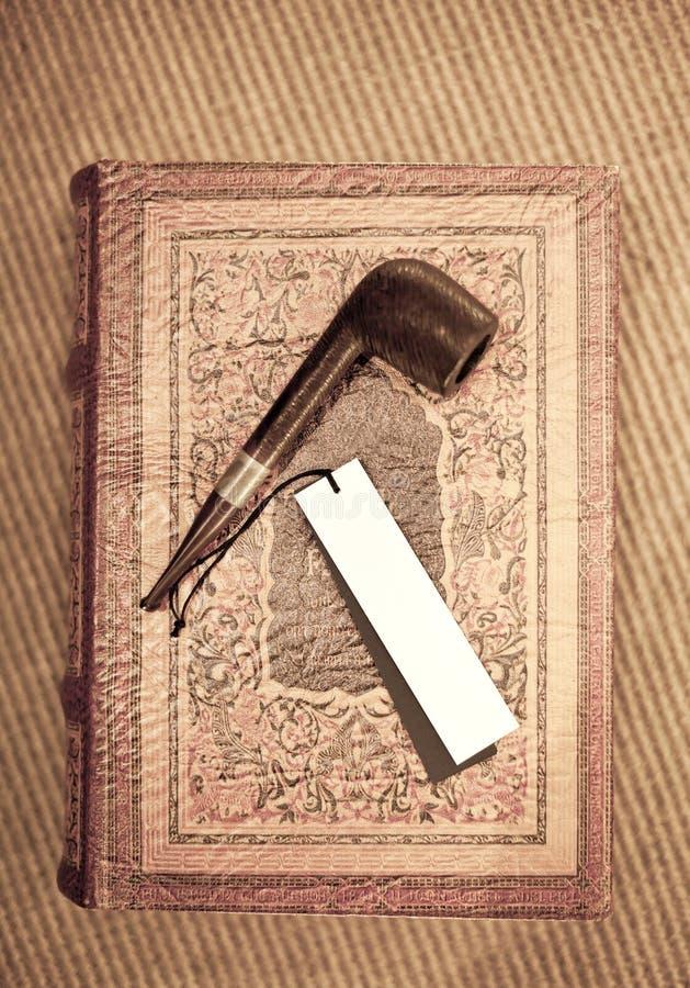 Witte markering op Pijp en oud leer behandeld boek royalty-vrije stock afbeelding