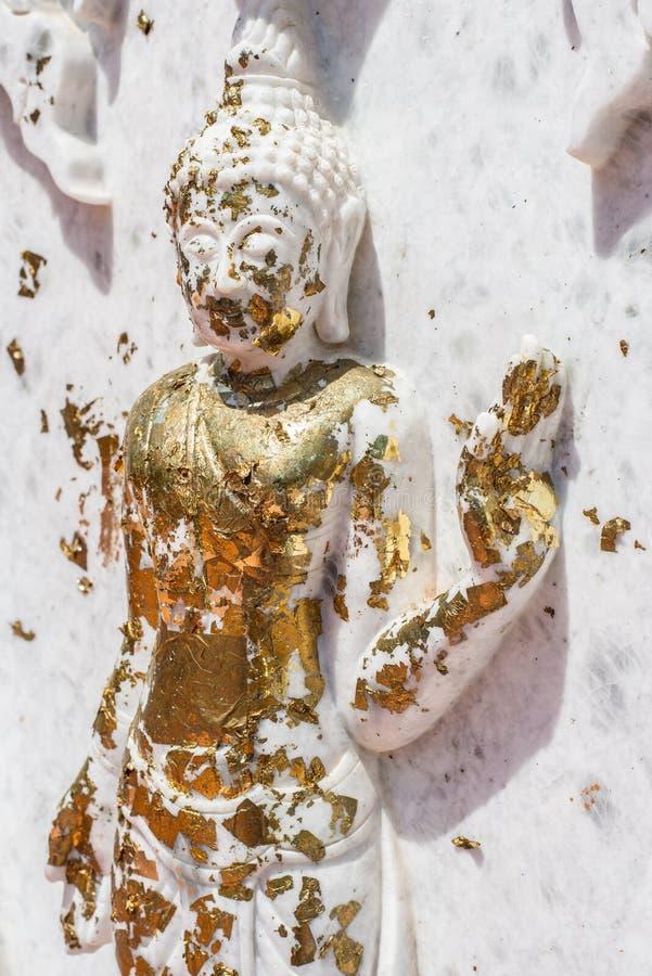Witte marmeren Boedha met bladgouden stock afbeeldingen
