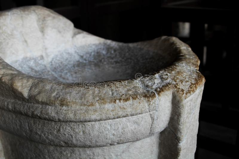 Witte marmeren kom binnen Rome Colosseum, Italië, tegen een donkere achtergrond stock afbeeldingen