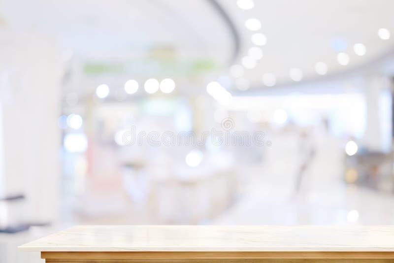 Witte marmeren lijstbovenkant op de achtergrond van de de zaalgang van de onduidelijk beeldtentoonstelling royalty-vrije stock afbeelding