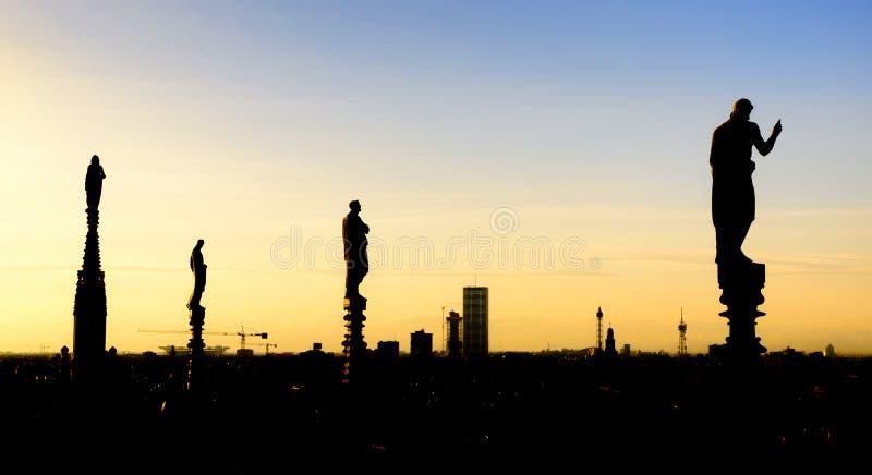 Witte marmeren standbeelden op het dak van beroemd Di Milaan van Kathedraalduomo op piazza in Milaan, Italië stock foto's