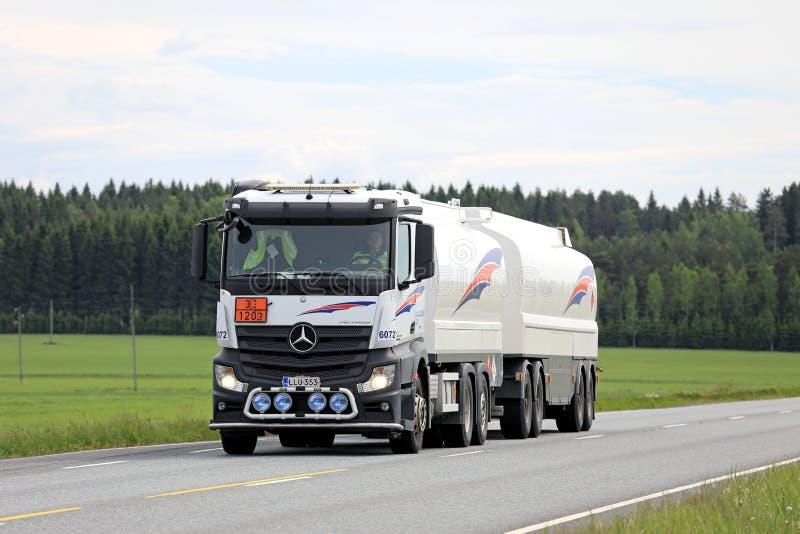 Witte Mercedes-Benz Actros Fuel Tank Truck op de Zomerweg royalty-vrije stock fotografie