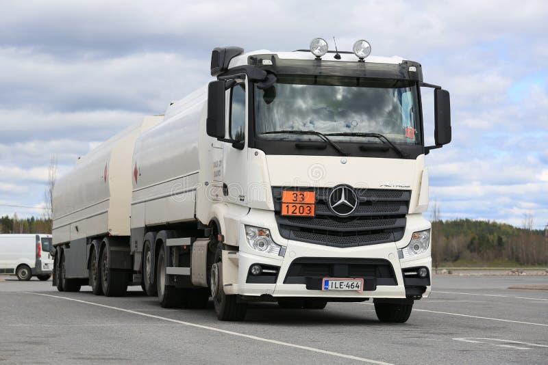 Witte Mercedes-Benz Actros 2545 Geparkeerde Tankwagen stock afbeeldingen