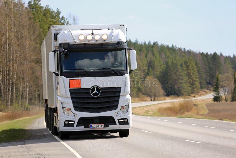 Witte Mercedes-Benz Actros Refrigerated Transport in beweging royalty-vrije stock afbeeldingen