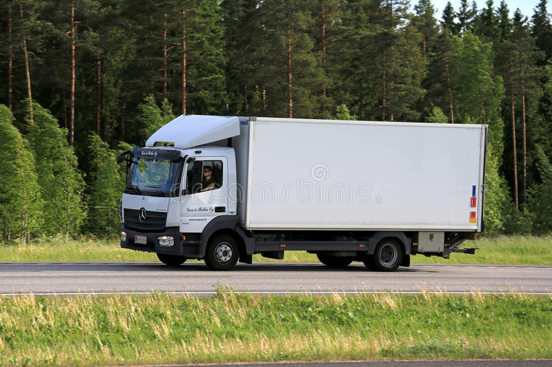 Witte Mercedes-Benz Atego Delivery Truck Transport stock afbeelding