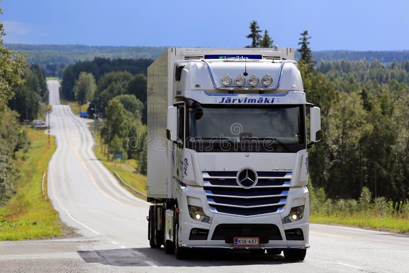 Witte Mercedes-Benz Reefer Truck op Toneelweg stock afbeeldingen