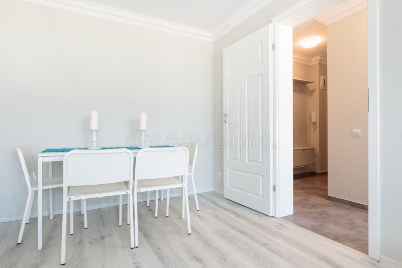 Witte meubilair en muren stock fotografie