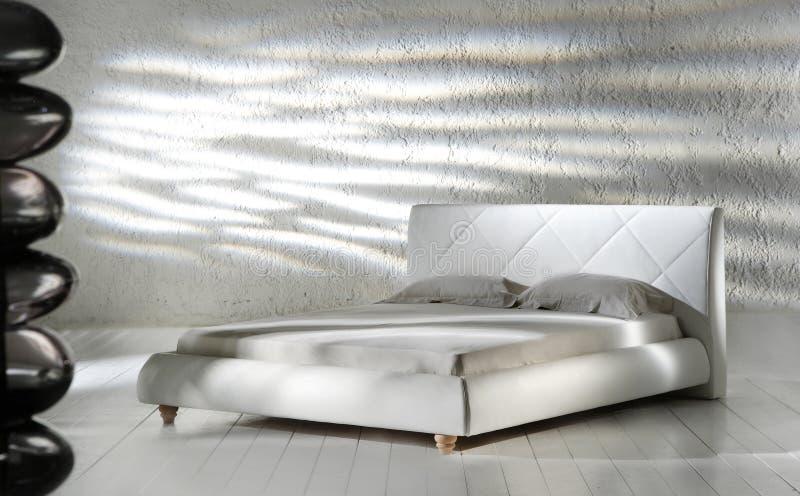Witte minimalistische slaapkamer stock afbeeldingen