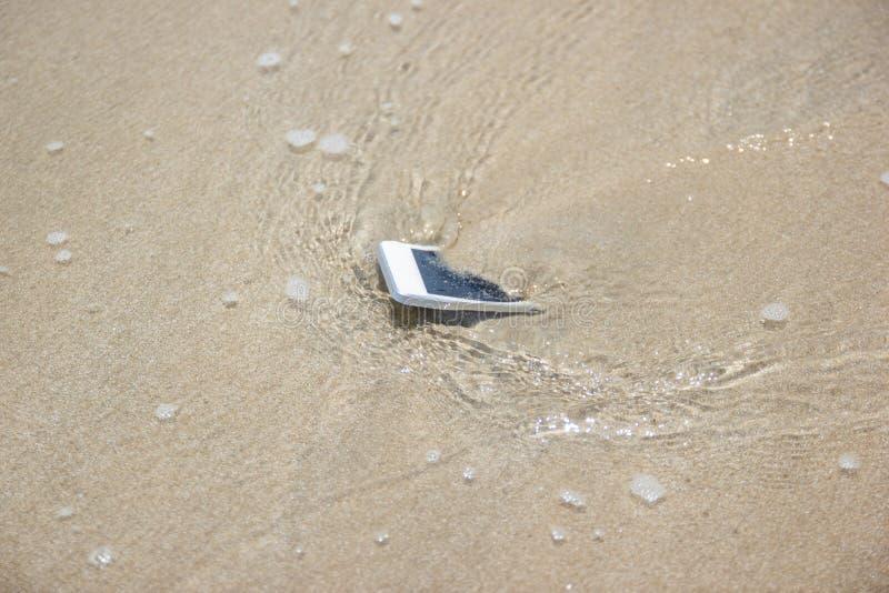 Witte Mobiele die telefoon aan het overzees wordt gedreven royalty-vrije stock fotografie