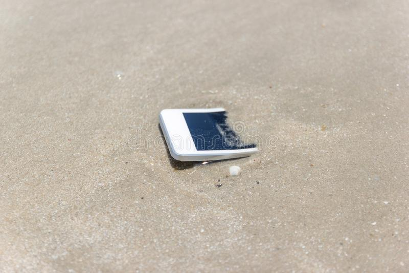 Witte Mobiele die telefoon aan het overzees wordt gedreven royalty-vrije stock afbeelding