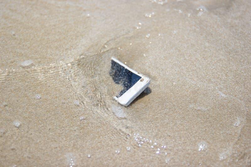 Witte Mobiele die telefoon aan het overzees wordt gedreven stock afbeelding
