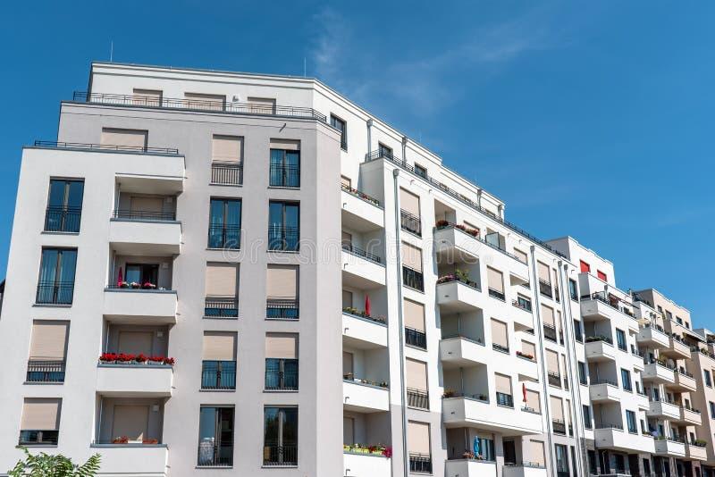 Witte moderne flatgebouwen stock foto