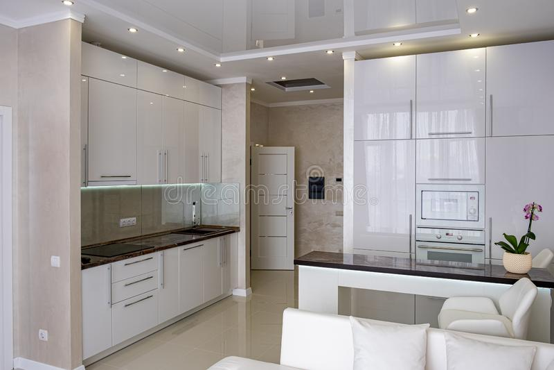 Witte moderne keuken in een huis met een mooi ontwerp royalty-vrije stock foto's