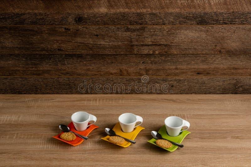 Witte mokken die voor koffie, donkere achtergrond steunen stock afbeeldingen