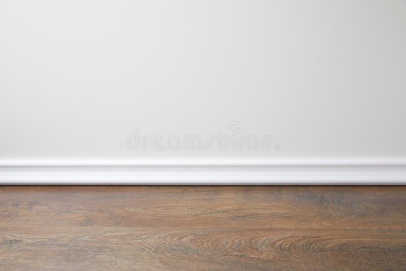 Witte muur en houten vloer stock foto