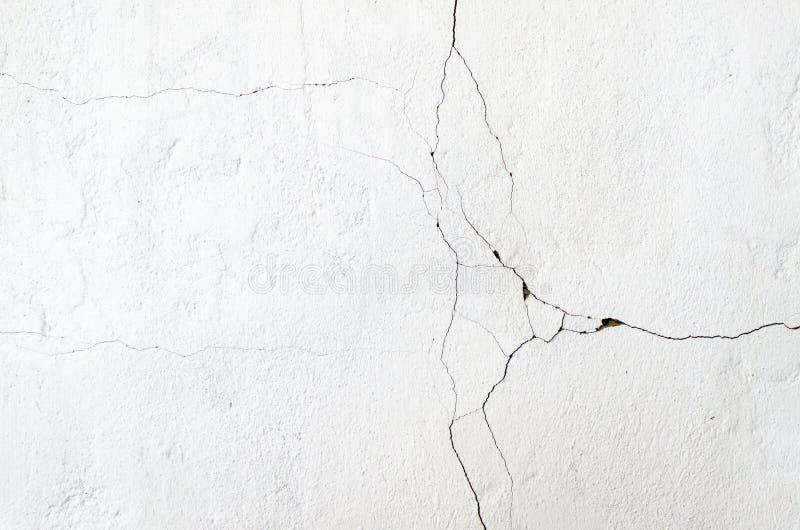 Witte muurpechki De oude muur van de oven barstte en de klei was zichtbaar onder vergoelijkt Textuur van oude muur royalty-vrije stock afbeelding
