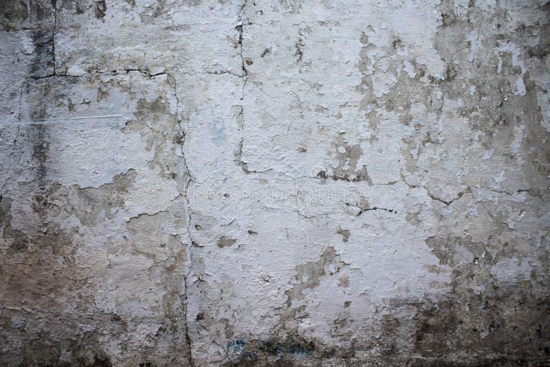 Witte muurtextuur met van het schilverf en slijm tekens stock fotografie