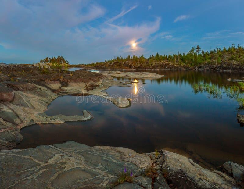 Witte nacht op meer Ladoga, Karelië, Rusland royalty-vrije stock foto