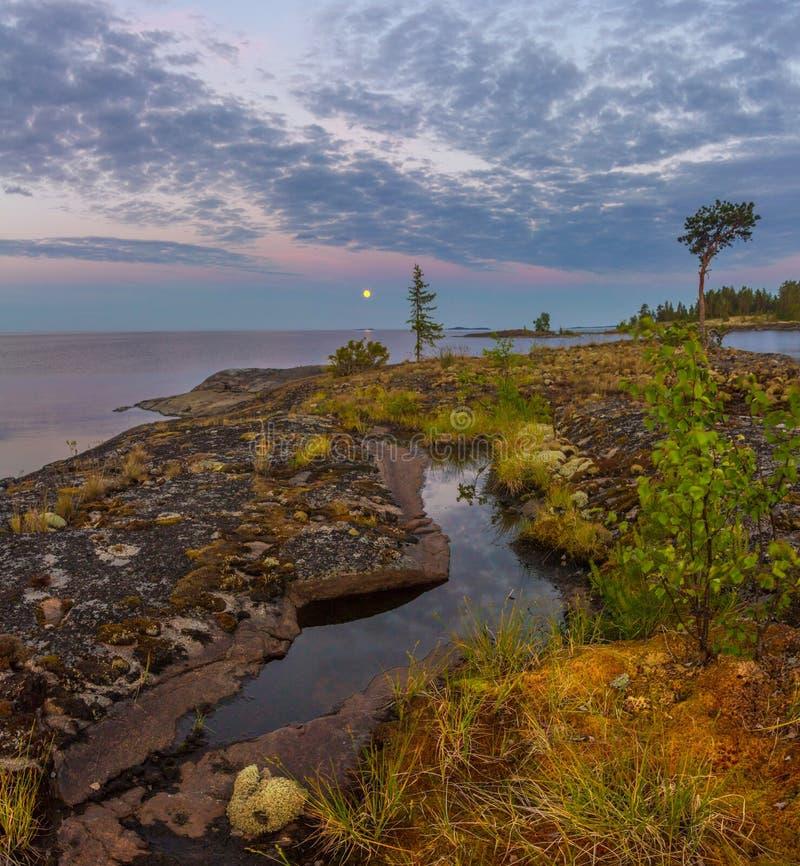 Witte nacht op meer Ladoga, Karelië, Rusland royalty-vrije stock afbeelding