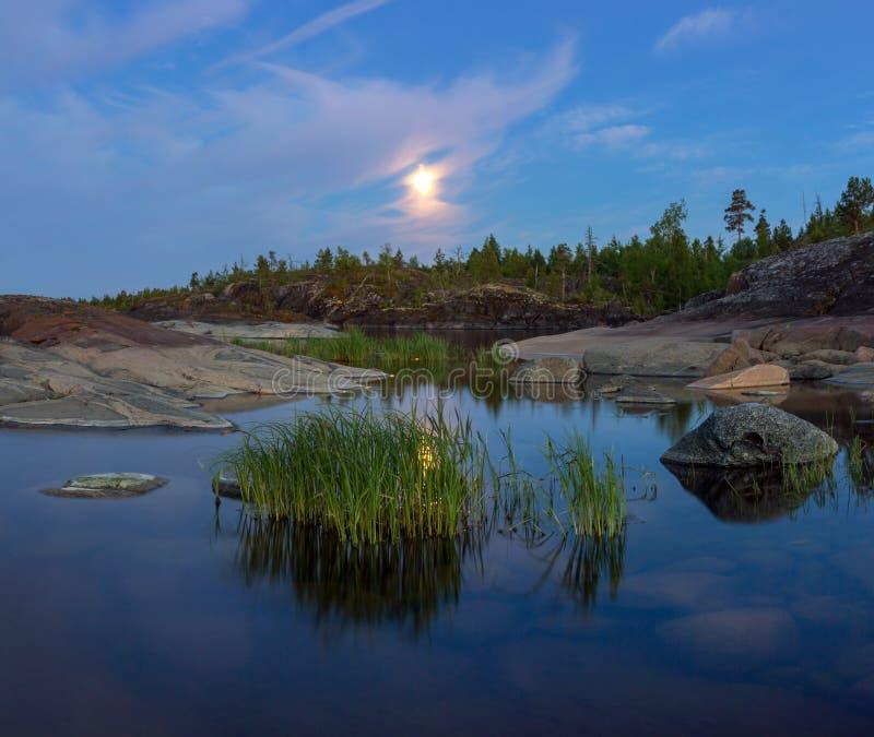 Witte nacht op meer Ladoga, Karelië, Rusland stock foto's