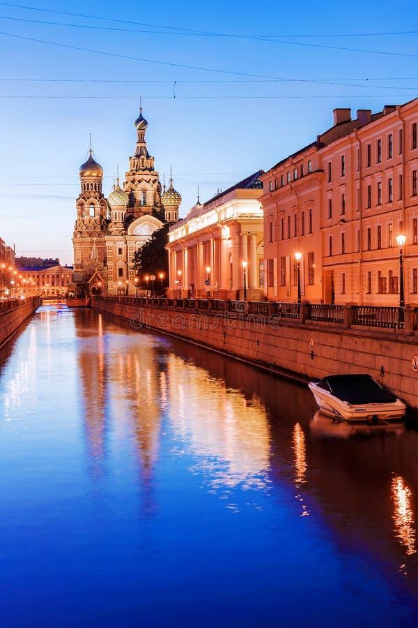 Witte nachten in St Petersburg Onze Verlosser op Gemorste Bloedmening stock fotografie