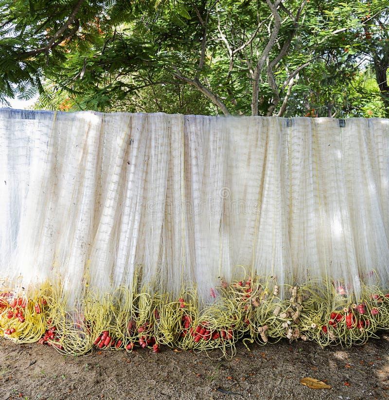 Witte netten die door het overzees hangen stock foto's