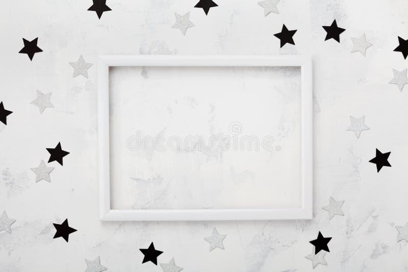 Witte omlijsting met zwarte en zilveren sterren rond voor manier blogging model De hoogste mening en vlak legt royalty-vrije stock fotografie