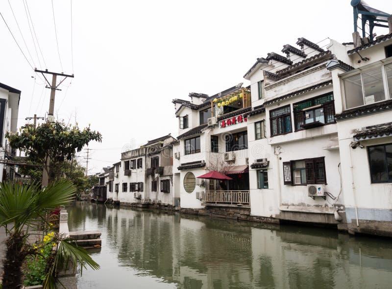 Witte ommuurde huizen langs de kanalen in de oude stad van Suzhou royalty-vrije stock foto